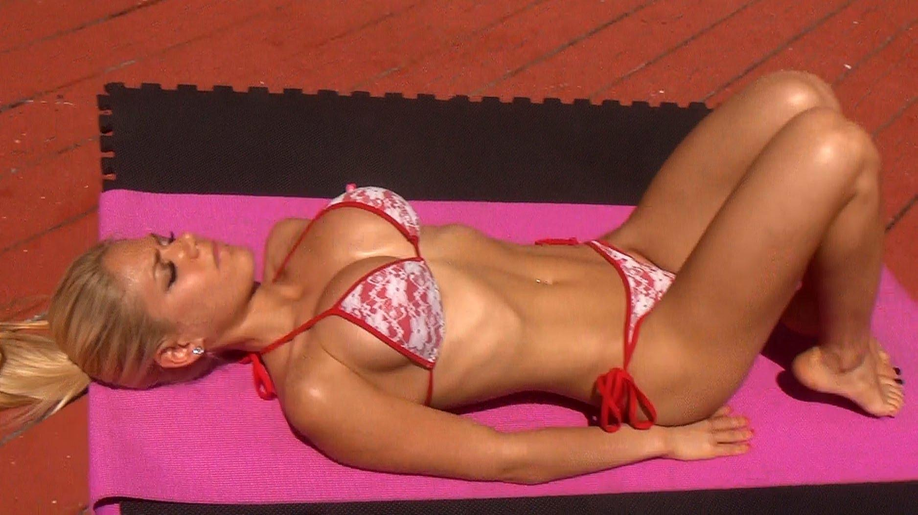 Hot Girl's Sexy Bikini Ab Workout! Try It!